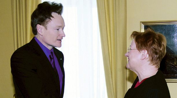 Conan O'Brienin hiuskiehkuraa pääsi tarkastelemaan myös presidentti Tarja Halonen, kun talkshow-isäntä kävi Suomessa.