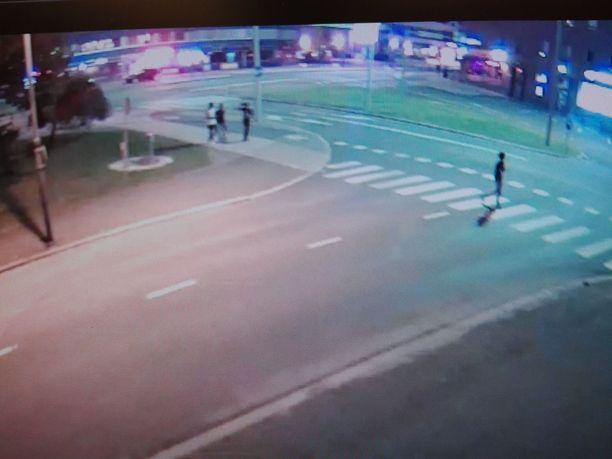 Poliisi julkaisi tämän valvontakamerakuvan elokuussa ja pyysi vihjeitä henkilöiden tunnistamiseksi.