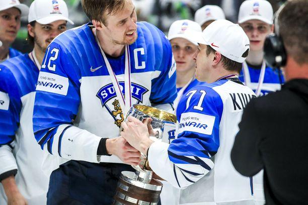 Vaatimaton jätti: Marko Anttila luovutti mestaruuspystin ensin joukkueen nestori Kristian Kuuselalle.