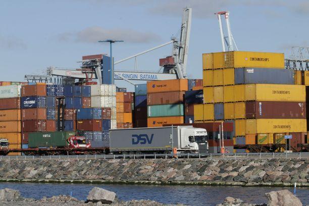 Rahtilaiva saapui Pietarista Helsinkiin vappuaattona. Kuvituskuva.