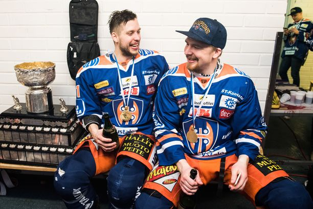 Jukka Peltola kipparoi Tapparan mestariksi 2016 ja 2017. Kuva on jälkimmäiseltä keväältä. Juhani Jasu (oik.) siirtyi ensi kaudeksi TPS:aan, mutta Peltola palasi KHL:stä Tapparaan.