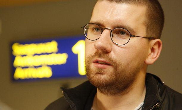 Sebastian Tynkkynen ei enää peittele parisuhdettaan.