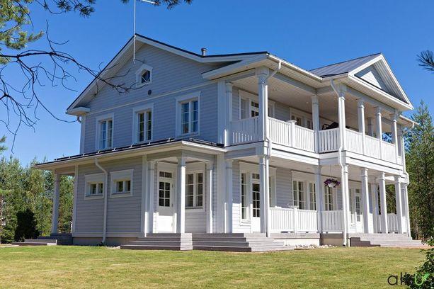 Itse talo lämpiää puulämmöllä, mutta myös sähköllä tarvittaessa.