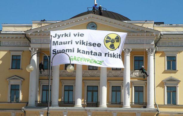 KATOLLA Neljä aktivistia yllätti turvallisuushenkilökunnan ja pääsi eilen mielenosoituksen aikaan valtioneuvoston linnan katolle.