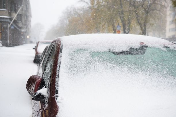 Itä-Lapissa, Koillismaalla, Kainuussa ja Pohjois-Karjalassa autolla liikkuvat voivat olla ongelmissa kesärenkailla tiistaina. Etelä-Suomeen lumisateita ei näillä näkymin ole luvassa. Arkistokuva.