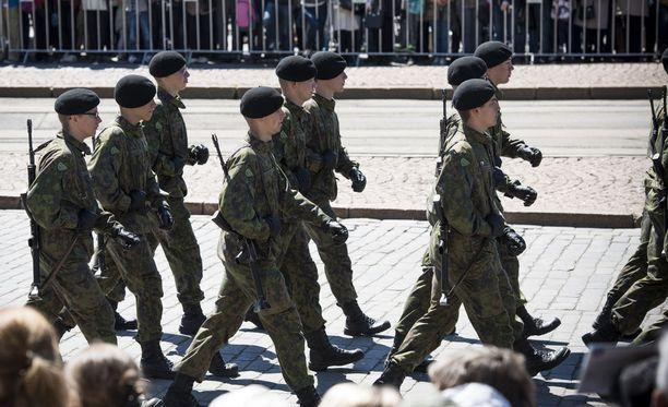 Kymmenen EU-maata on Ranskan johdolla lähdössä mukaan yhteiseen puolustushankkeeseen. Suomi harkitsee asiaa. Kuvituskuva Puolustusvoimien lippujuhlasta.