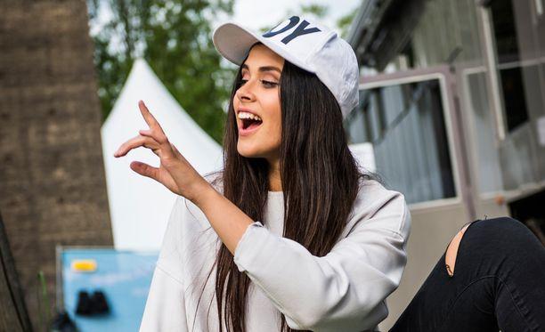 Sara Forsberg odottaa innolla Talent Suomi -kuvauksia ja matkaa Suomeen.
