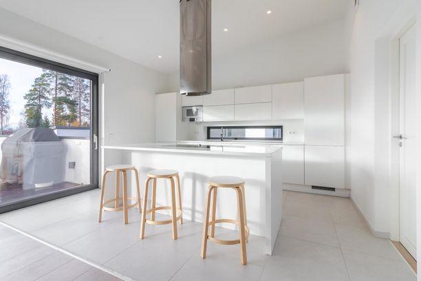 Keittiöstä pääsee isolle terassiparvekkeelle. Asunnossa on 161 neliötä asuintilaa.
