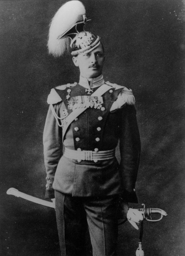 Carl Gustaf Emil Mannerheim kiehtoo suomalaisia elokuvantekijöitä.