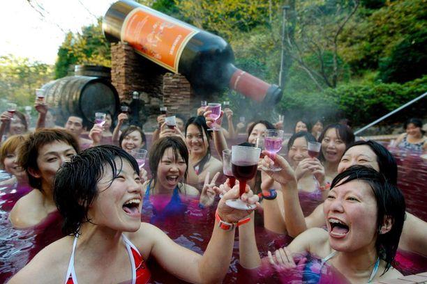 Meno viinialtaassa voi yltyä näihin riehakkaaksi. Nämä asiakkaat pääsivät maistelemaan uuden sadon Beajolais Nouveu -viiniä.