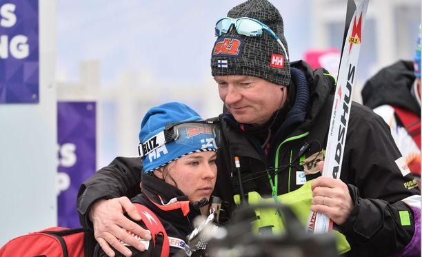 Suomen huoltopäällikkö Matti Haavisto lohdutti silminnähden pettynyttä hiihtotähteä.
