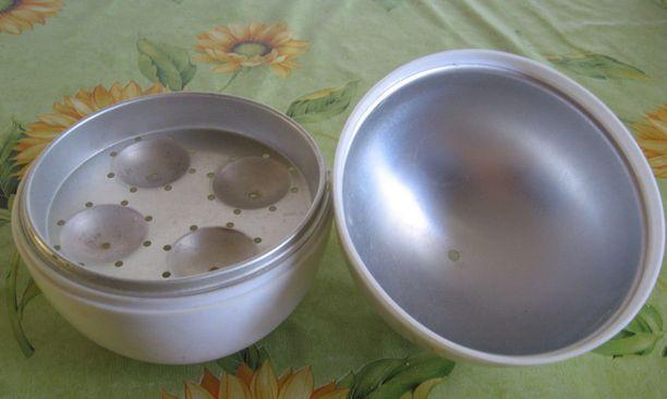 Kun astian pohjalla on noin desi vettä, laitetaan kananmunat omille paikoilleen.