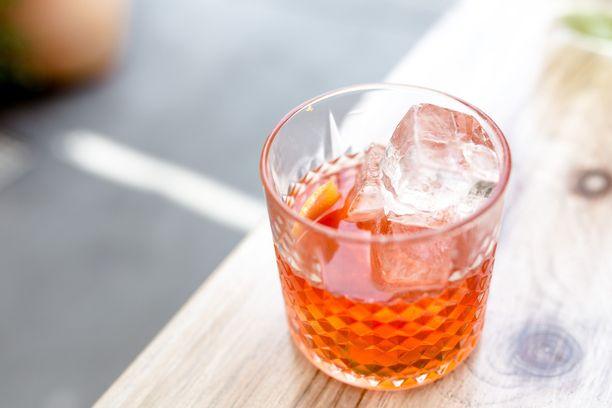 Jääkuutioita lasissa - huono valinta. Ne tehdään usein vesijohtovedessä, eikä se ole ulkomailla aina turvallista.