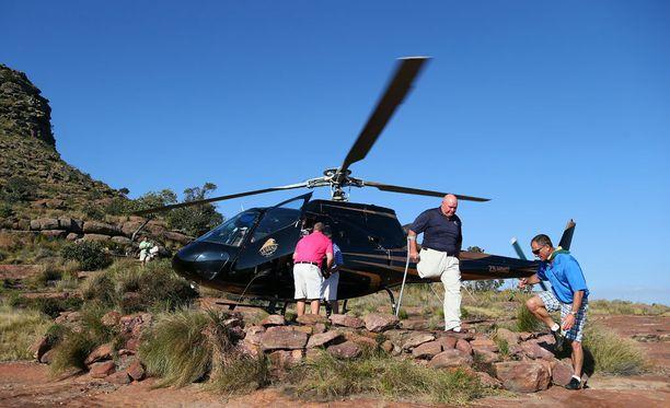Extreme-reiän tiiauspaikalle kuljetaan helikopterilla. Tässä se on tuonut amputoitujen golf-turnaukseen osallistuvia pelaajia.