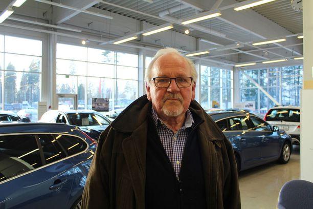 Autokauppaan piipahtanut keuruulainen Ari Kutinlahti on seurannut autoverosta vellovaa keskustelua.