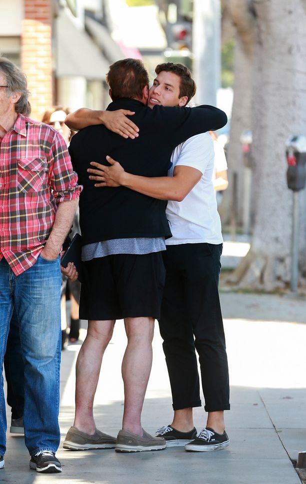 Arnold Schwarzeneggerilla on hyvät välit lehtolapseensa Josephiin. Parivaljakko tapasi isänpäivänä ja halaili kadulla.