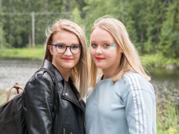 """Tuuli Jyllilä, 15, Seinäjoki, ja Vilma Kaastinen, 15, Keski-Suomi: """"Kävimme kojulla ottamassa nämä. Meillä ei ole aiemmin ollut glitteriä. Halusimme nyt vähän repäistä. Täällä näkee näitä kyllä aika paljon."""""""