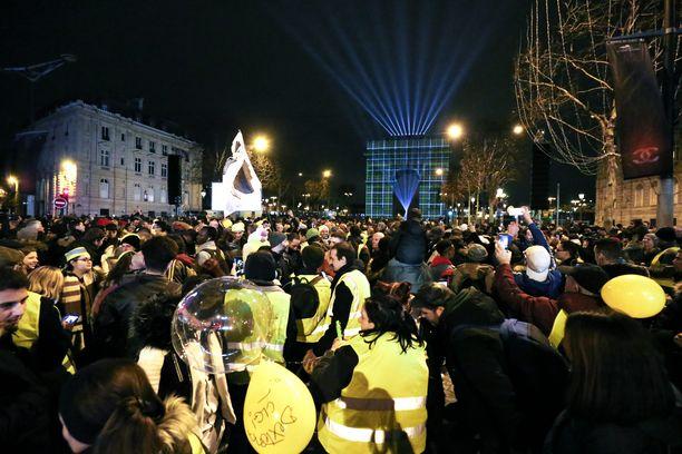 Keltaliivit kokoontuivat uudenvuoden aattona osoittamaan mieltään Pariisin keskustaan. Osa mielenosoittajista otti yhteen virkavallan kanssa.
