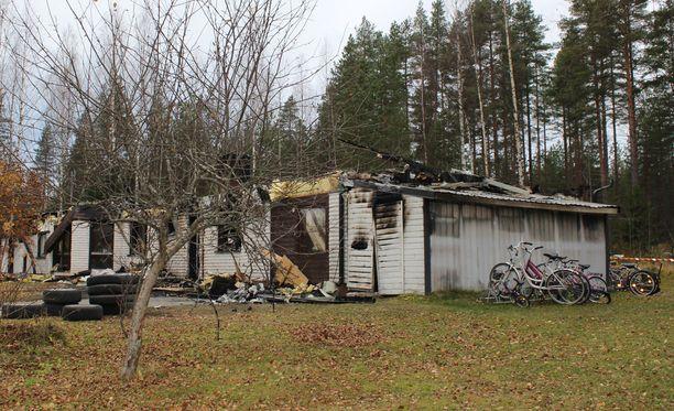 Perheen vuokraama omakotitalo tuhoutui tulipalossa, jonka sytyttämisestä miestä epäillään.