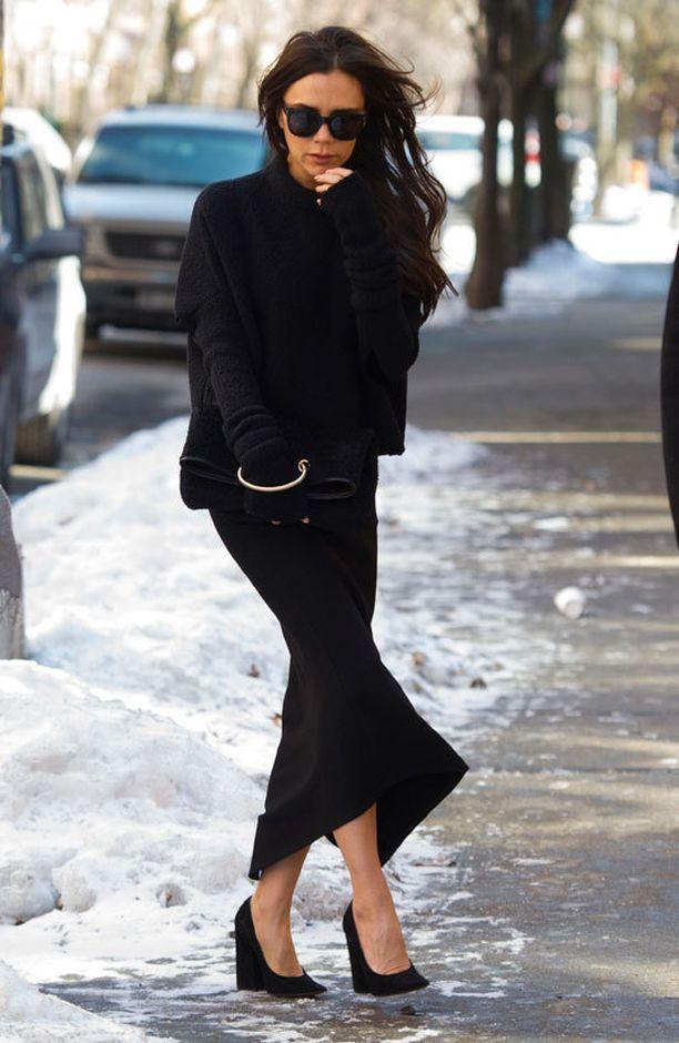 Victoria pukeutui simppelisti kokomustaan näytökseensä.