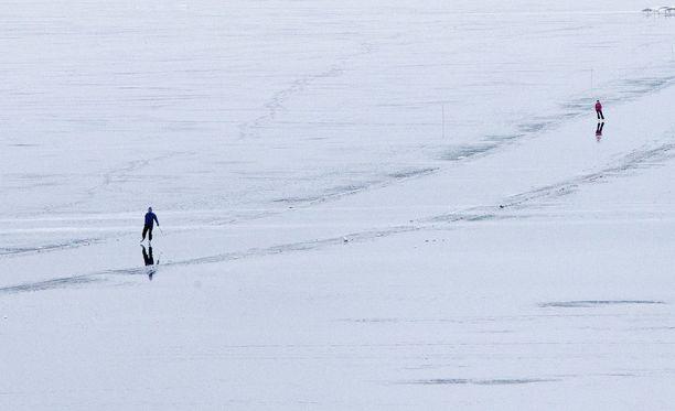 Länsi-Uudenmaan pelastuslaitoksen mukaan retkiluistelemaan lähtenyt mies on kateissa Lohjalla. Kuvituskuva.