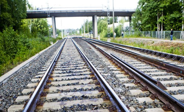 Veturinkuljettaja kertoo, että kesäisin raiteilla joutuu näkemään hengenvaarallisia leikkejä. Kuva elokuulta 2011 Lempäälästä Sääsksjärveltä, jossa 13-vuotias poika jäi junan alle.