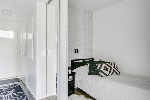 Tila on onnistuttu hyödyntämään hyvin, koska makuuhuone löytyy alkovista.