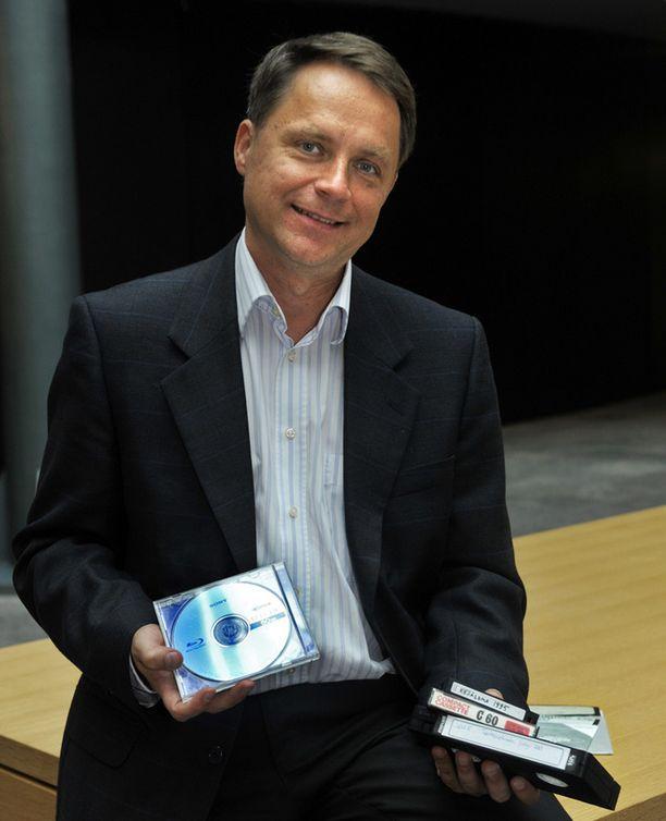Petteri Järvinen on kirjoittanut kirjan digiarkistoinnista.