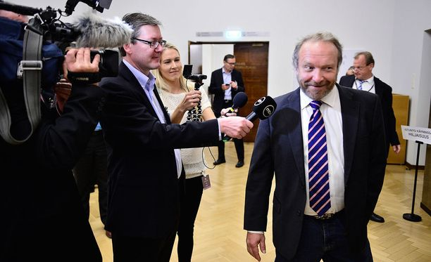 Teuvo Hakkarainen (ps) uskoo, että turvapaikanhakijoiden vastaanottamisen tarkoitus on korvata Suomen miespuolinen väestö.