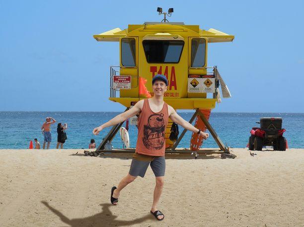Iltalehden toimittaja Samppa Rautio kuvattuna valelomamatkallaan Havaijilla. Kuvassa hän on Yellow Beachilla.