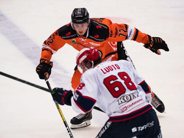 Kristian Vesalainen ja Joona Luoto pelasivat SM-liigassa vastakkain alkukaudella.
