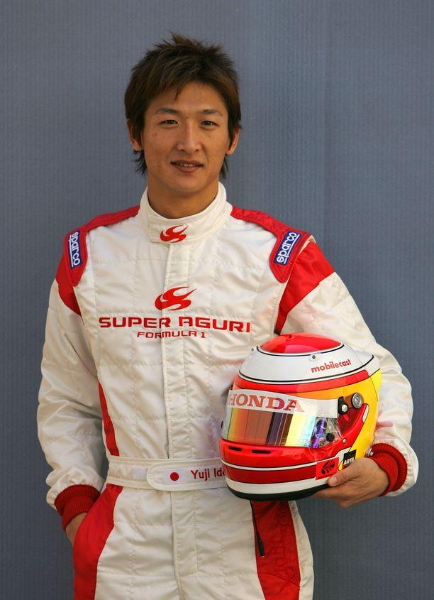 Tulokaskuski Yuji Ide poseerasi TV-kameroilla kauden 2006 avauskisassa Bahrainissa.