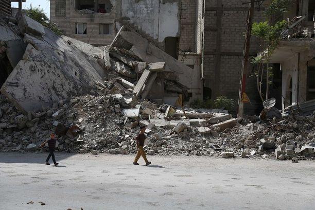 Kaksi lasta kävelee Itä-Ghoutan alueella elokuussa.