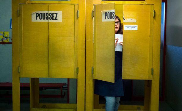 Nainen kävi antamassa äänensä EU-maahanmuuton rajoittamisesta Genevessä.