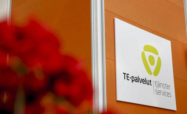 Miksi TE-toimisto rankaisee siitä, jos haluaa opiskella lisää pätevyyttä työllistyäkseen tulevaisuudessa paremmin, ihmettelee Helsingin Sanomien mielipidepalstan kirjoittaja.
