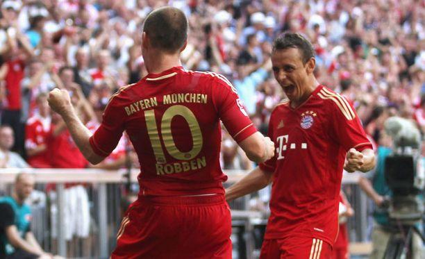 Arjen Robben onnistui ottelussa HSV:tä vastaan. Vieressä juhlii Rafinha.