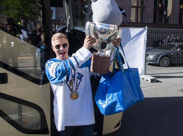 "Toni Rajala saapui toukokuussa Tampereelle kultajuhliin ""Pojan"", Mörön ja Ikea-kassin kanssa."