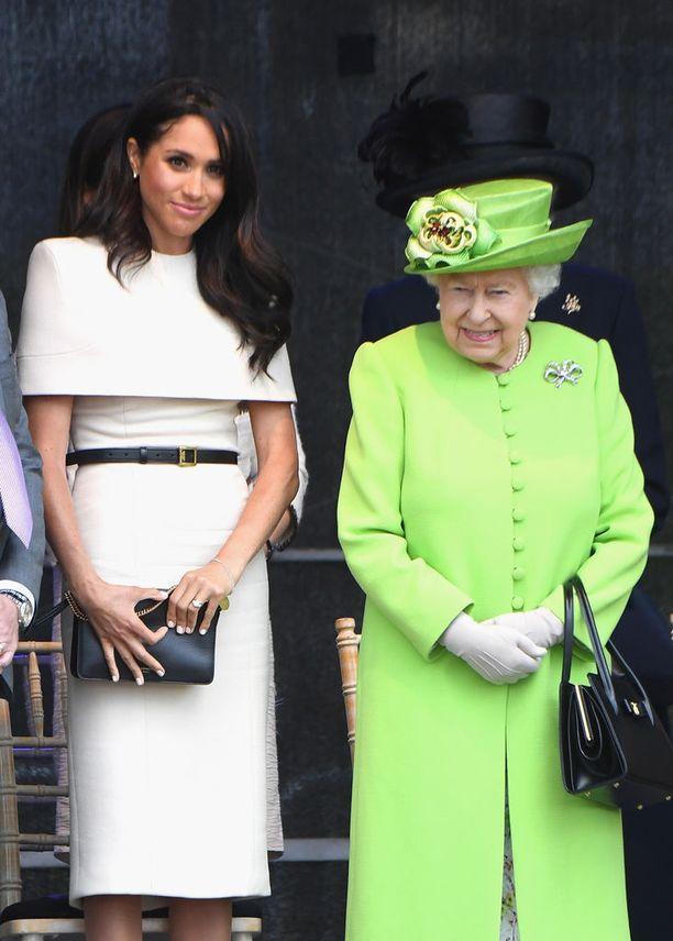 Kun Meghan edusti ensimmäistä kertaa itse kuningatar Elisabethin kanssa, valitsi hän ylleen taas hieman parempaa Seppälää. Tämä Givenchyn valkoinen mekko peittää elegantisti olkapäät ja tyhjentää muhkealompakkoisemmankin shoppailijan tilipussin: asun hinta on hieman reilu 15 000 euroa.