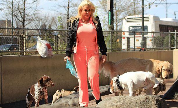Coco ulkoilutti Spartacus-koiraansa New Yorkissa.