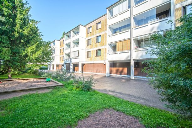80-luvulla rakennettu talo sijaitsee Kivihaassa hyvien kulkuyhteyksien päässä Helsingin keskustasta.