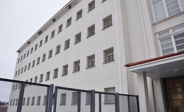 Seksuaalirikolliset suorittavat tuomionsa tyypillisesti Riihimäen vankilassa. Suljettu vankila on Suomen vahvimmin vartioitu.