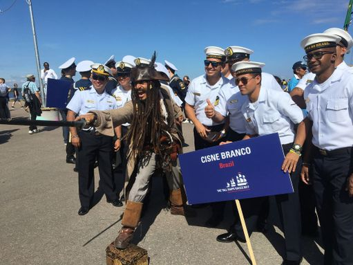 Kapteeni Jack Sparrowhan se siinä! Brasilialaisen Cisne Brancon miehistöllä oli avajaisissa mukanaan tutun näköinen hahmo.