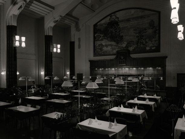 Sali vuonna 1961. Pöydissä oli valkoiset liinat.