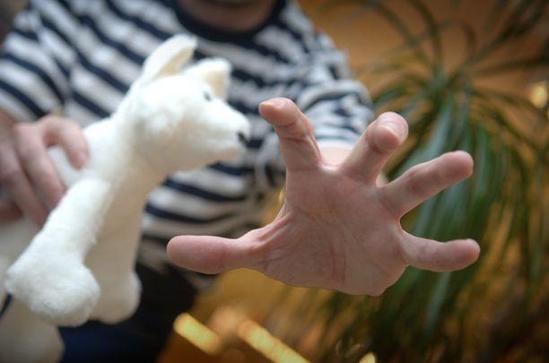 Isä pahoinpiteli pientä tytärtään ainakin vyöllä ja heittelemällä. Kuvituskuva.