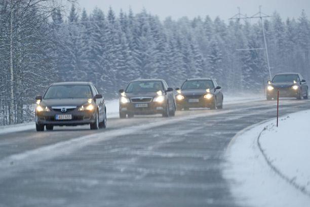 Lumi- ja räntäsateet haittaavat aamuliikennettä maan etelä- ja keskiosissa.