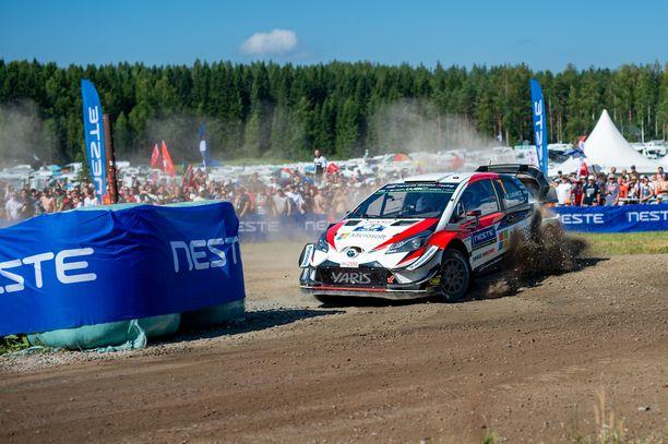 Jari-Matti Latvala asetteli Toyotaansa Kakariston risteykseen viime vuoden MM-rallissa.