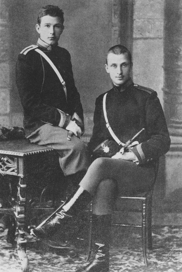 Mannerheim (oikealla) ja nuorempi kadettitoveri Nikolain ratsuväkiopistossa vuonna 1888. Meinanderin mukaan Mannerheim oli ryhdikäs, sulavaliikkeinen ja aikalaisiinsa nähden poikkeuksellisen pitkä, 187 senttimetriä.