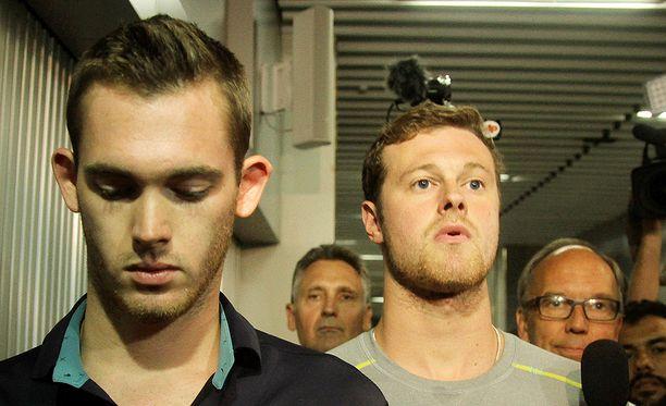 Gunnar Bentz (vas.) ja Jack Conger jättivät aamulla Rion lentokentän poliisiaseman.