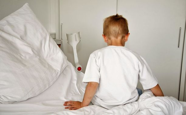 Lukuisia kertoja sairaalassa tutkittu poika tervehtyi, kun hoidot lopetettiin. Äiti on saanut syytteen pahoinpitelystä. Kuvituskuva.