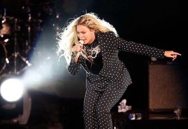 Marraskuussa laulaja kampanjoi Hillary Clintonin puolesta.